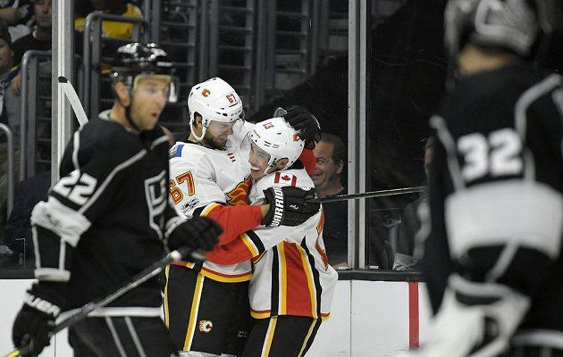 Český útočník Michael Frolik v dresu Calgary slaví se spoluhráčem Johnny Gaudreauem gól na ledě Los Angeles v utkání NHL.