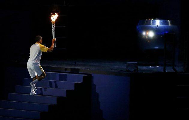 Vanderlei Cordeiro de Lima stoupá po schodech, aby zažehnul olympijský oheň.