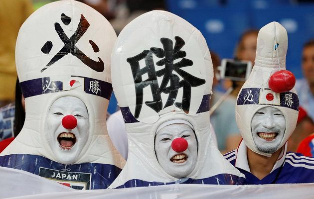 Jako kuželky. Japonští příznivci v originálních kostýmech.
