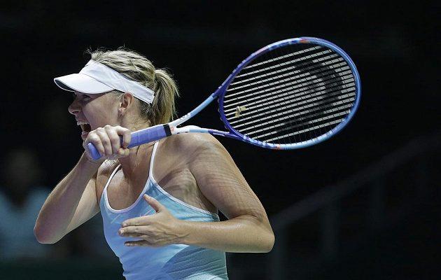 Ruská tenistka Maria Šarapovová během utkání s Rumunkou Simonou Halepovou na Turnaji mistryň.