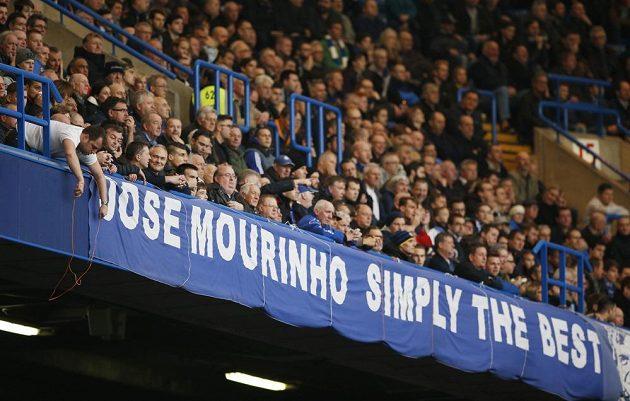 Mourinho, jednoduše nejlepší. Tento plakát vyvěsili fanoušci Chelsea během zápasu se Sunderlandem.