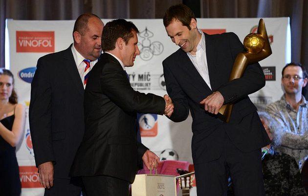 Brankář Petr Čech (vpravo) se Zlatým míčem.