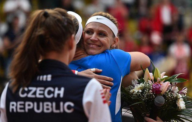 Lucie Šafářová se zdraví se členy týmu po zápase Fed Cupu, v němž s Barborou Krejčíkovou porazily Kanaďanky Gabrielu Dabrowskou a Sharon Fichmanovou. Pro Šafářovou to byl poslední zápas za reprezentaci, po Roland Garros ukončí kariéru.