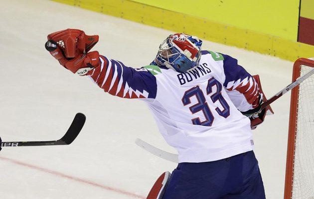 Brankář hokejové reprezentace Ben Bowns v akci během utkání mistrovství světa.