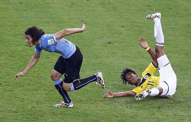 Na zemi skončil Juan Cuadrado (vpravo) po souboji s uruguayským střelcem Edinsonem Cavanim.