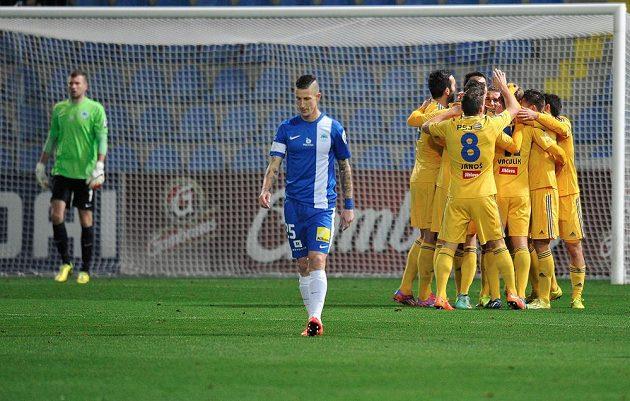 Hráči Jihlavy se radují z prvního gólu v Liberci.