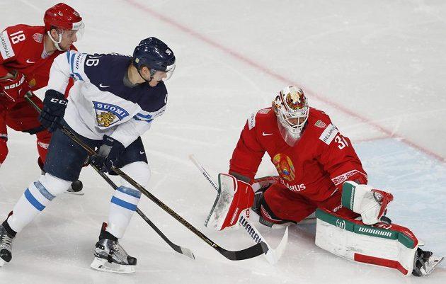Hokejové mistrovství světa začalo ve skupině B duelem Běloruska s Finskem. Finský útočník Mikko Rantanen se snaží prosadit před běloruskou brankou.