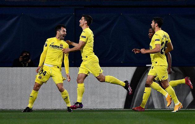 Manu Trigueros (vlevo) z Villarrealu se postaral o úvodní branku zápasu