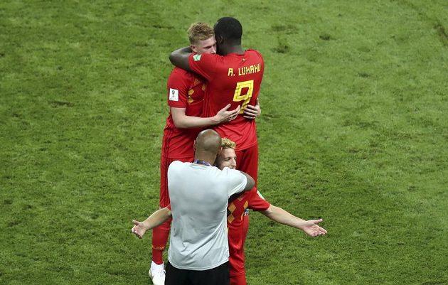 Radost belgických fotbalistů po postupu do semifinále MS ve fotbale. Na snímku Romelu Lukaku a Kevinem de Bruynem (nahoře). Dole pak Dries Mertens v objetí s asistentem trenéra Thierrym Henrym.
