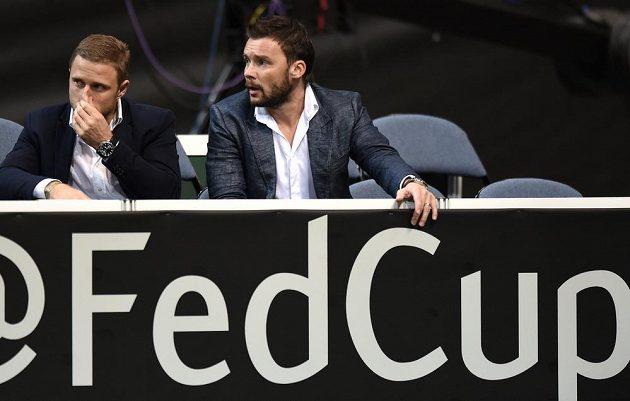 Marek Jankulovski (vpravo) sleduje finále Fed Cupu mezi Českou republikou a Německem.