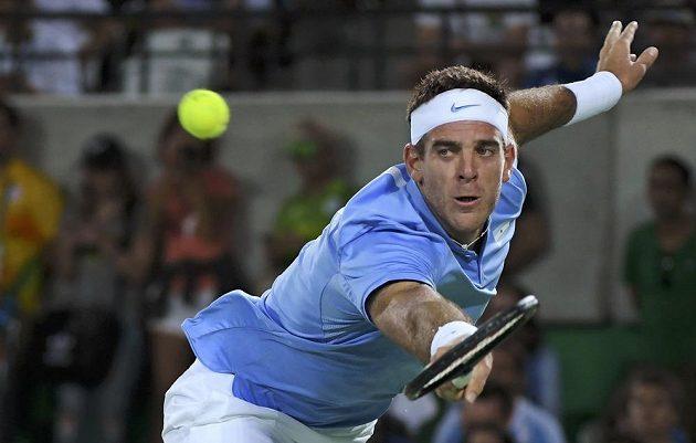 Juan Martín del Potro se snaží dosáhnout na míček v zápase s Novakem Djokovičem.