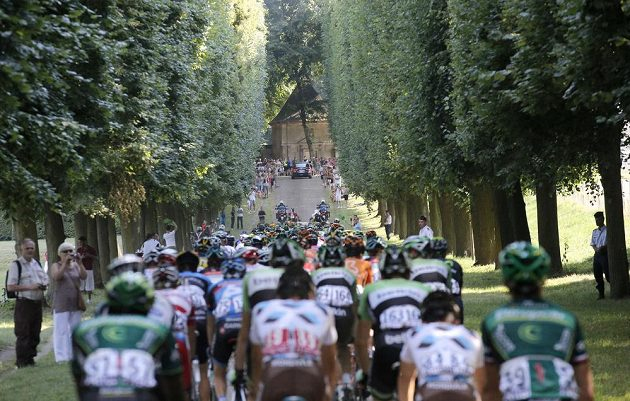 Cyklisté se blíží k Paříži. Zde projíždějí alejí před slavným zámkem Versailles.
