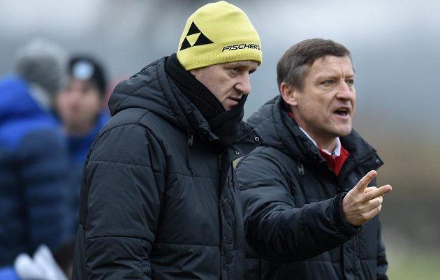 Trenéři Slovanu Liberec Josef Csaplár (vlevo) a Jiří Kotrba během přípravného utkání s Trenčínem.