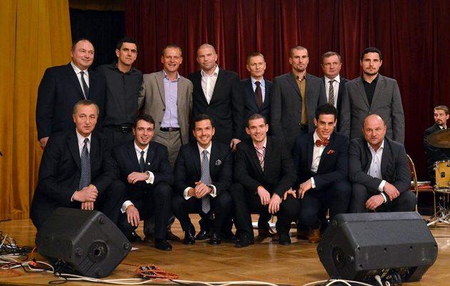 Sestavu desetiletí Bohemians 1905 doprovodil na pódium také reprezentační trenér Pavel Vrba (v horní řadě druhý zprava).