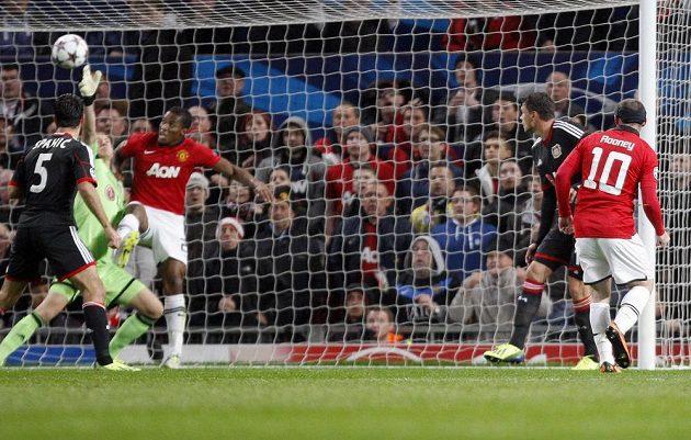 Wayne Rooney (vpravo) střílí první gól Manchesteru United v utkání proti Bayeru Leverkusen.