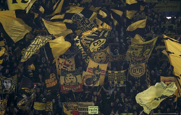 Fanoušci Borussie Dortmund v utkání s Neapolí.