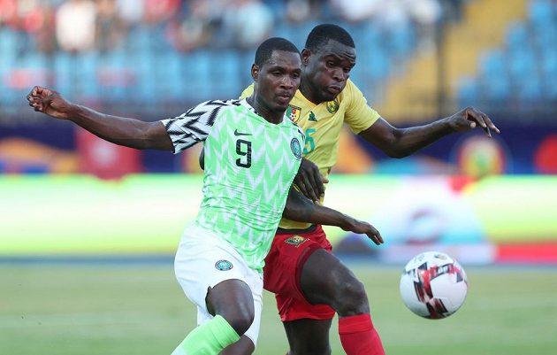 Michael Ngadeu (vpravo) v kamerunském dresu na Africkém poháru, vlevo Odion Ighalo z Nigérie.