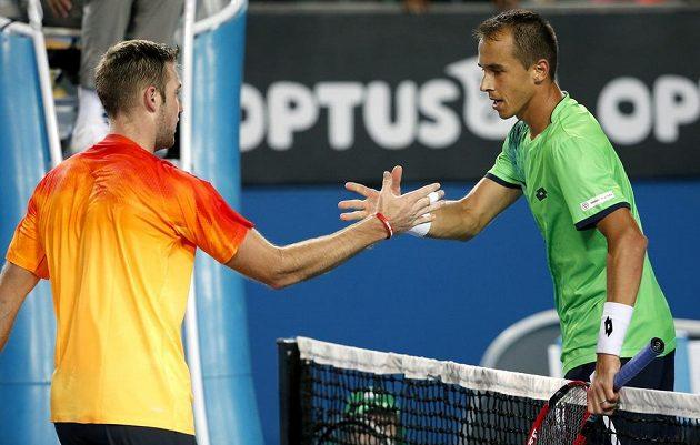 Český tenista Lukáš Rosol (vpravo) si po utkání podává ruku s Američanem Jackem Sockem.