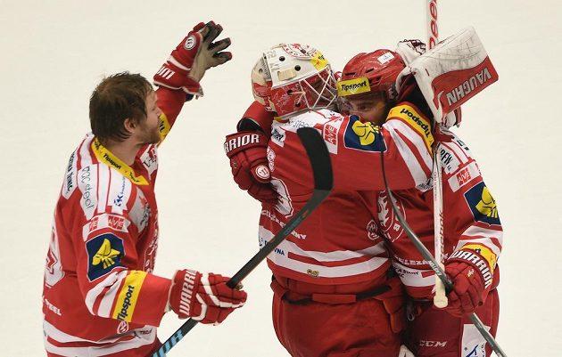 Třinečtí hokejisté (zleva) Tomáš Plíhal, brankář Šimon Hrubec a Zbyněk Irgl se radují z vítězství nad Spartou.