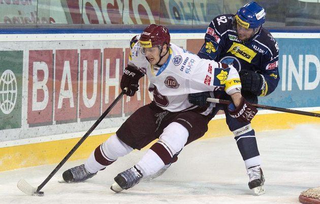 Sparťanský útočník Jan Buchtele (vlevo) bojuje o puk s kladenským obráncem Ivanem Jankovičem.