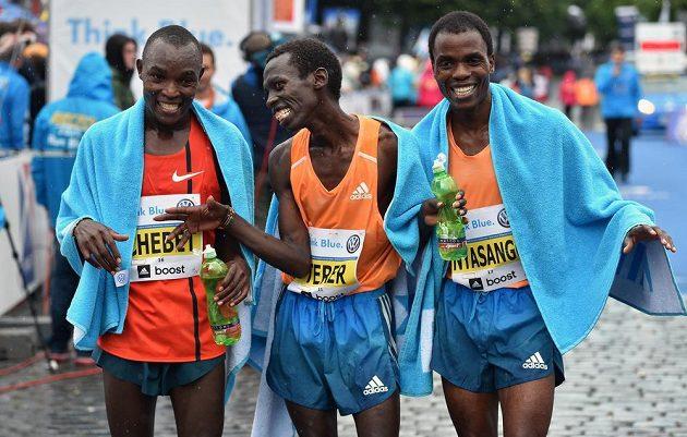 Nejlepší tři běžci Pražského maratónu (zleva) Evans Chebet, Patrick Terer a Cutbert Nyasango.