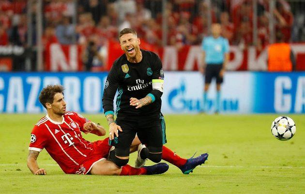 Javi Martinez z Bayernu Mnichov zastavuje Sergia Ramose z Realu Madrid v úvodním semifinále fotbalové Ligy mistrů.