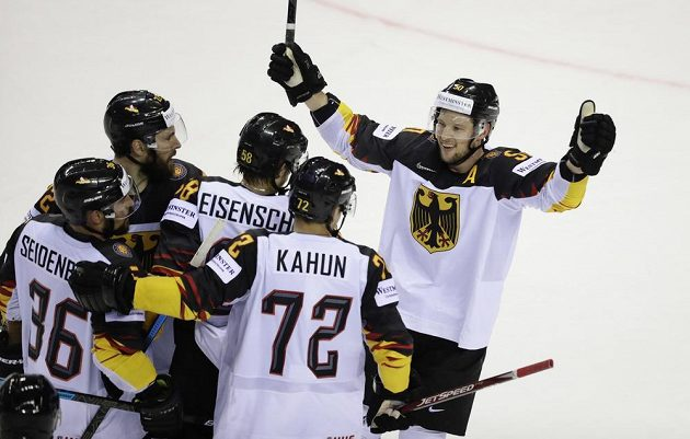 Radost hokejistů Německa, kteří v závěru otočili zápas se Slovenskem.