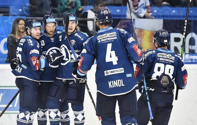 Radost Plzně z prvního gólu, který dal Michal Bulíř (druhý zleva).