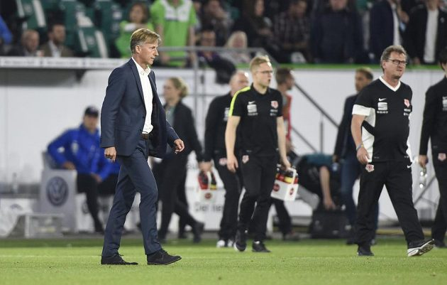 Kouč Wolfsburgu Andries Jonker (vlevo) po první barážovém utkání s Braunschweigem.