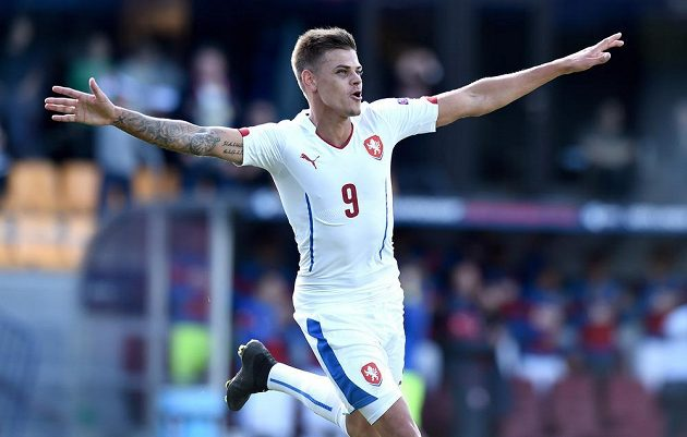 Český útočník Jan Kliment oslavuje svůj druhý gól během utkání ME hráčů do 21 let se Srbskem.