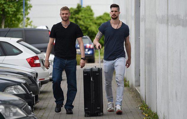 Martin Růžička (vlevo) a Alexander Salák na srazu hokejové reprezentace v pražských Letňanech.