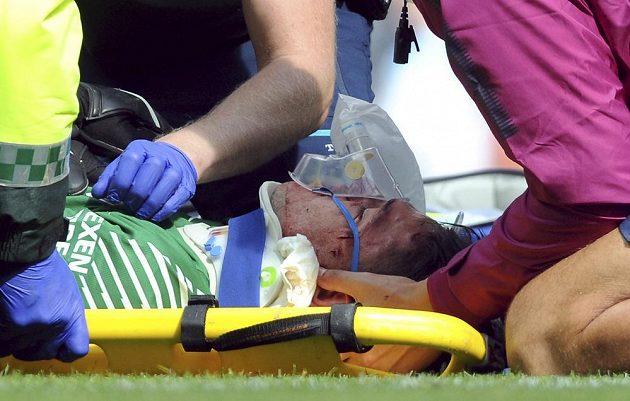 Ošetřovaný brankář Manchesteru City Ederson.