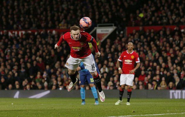 Wayne Rooney z Manchesteru United střílí ve čtvrtfinále FA Cupu gól hlavou Arsenalu.