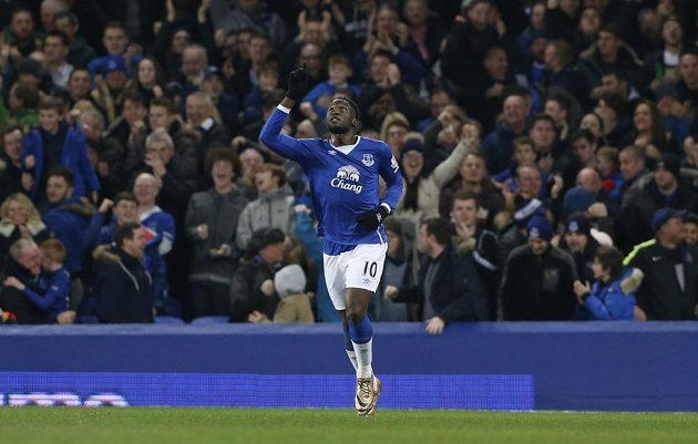 Útočník Evertonu Romelu Lukaku se raduje z gólu proti Stoke.
