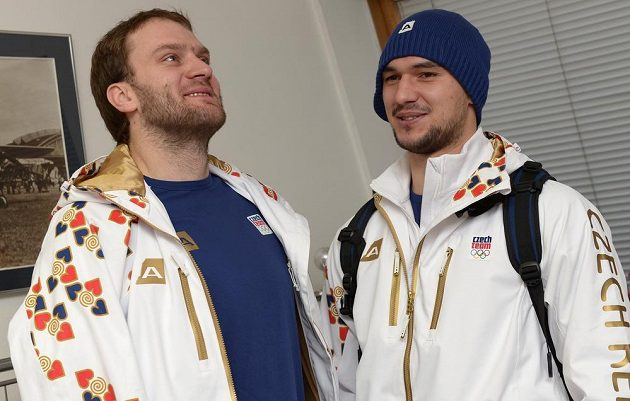 Spolu při odletu do Soči zapózovali i hokejisté Michal Barinka (vlevo) a Jakub Kovář.