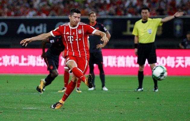 Robert Lewandowski z Bayernu proměňuje penaltu v utkání s Arsenalem v Šanghaji.