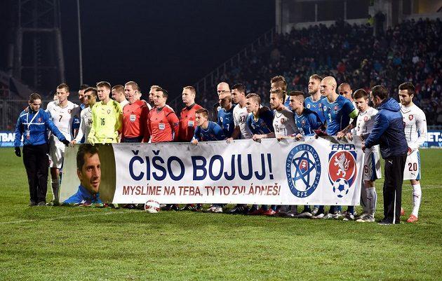 Fotbalisté české a slovenské reprezentace a jejich společné vyjádření podpory nemocnému Mariánu Čišovskému.