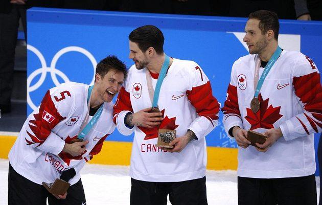 Kanadští hokejisté se svými bronzovými kořistmi. Zleva Chay Genoway, Gilbert Brule a Wojtek Wolski.