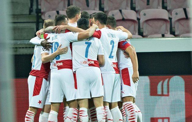 Fotbalisté Slavie se radují z vedoucího gólu v odvětě s Midtjyllandem.