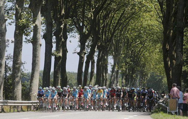 Cyklisté na trati 12. etapy Tour de France s cílem v Saint-Étienne.