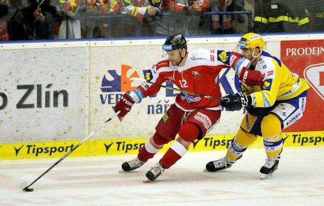 Olomoucký útočník Jan Knotek (vlevo) a zlínský obránce Oldrich Kotvan v dohrávce 7. kola hokejové Tipsport extraligy.