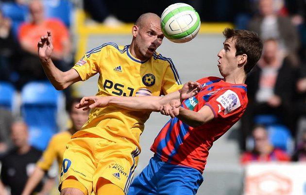 Michal Vepřek z Jihlavy (vlevo) v souboji s plzeňským záložníkem Tomášem Hořavou v utkání 24. kola Gambrinus ligy.