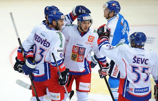 Kapitán české reprezentace Petr Nedvěd (vlevo) a útočník Jan Kovář oslavují gól do finské sítě.