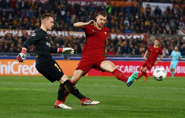 Barcelonský gólman Marc-Andre ter Stegen odehrává míč před Edinem Džekem z AS Řím v odvetném čtvrtfinále Ligy mistrů.