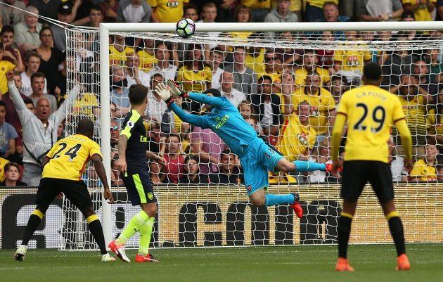 Brankář Arsenalu Petr Čech zasahuje v utkání na hřišti Watfordu.