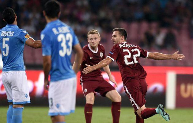 Sparťanský záložník Josef Hušbauer oslavuje gól na 1:0 v zápase s Neapolí.