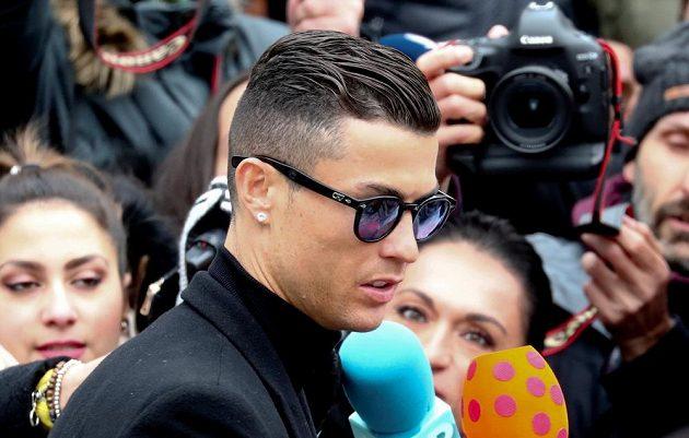 Portugalský fotbalista Cristiano Ronaldo u soudu v Madridu přiznal vinu za daňové úniky z doby působení v Realu.