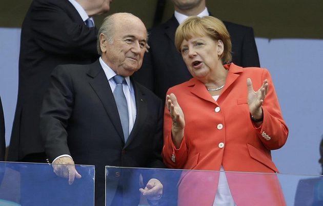 Německá kancléřka Angela Merkelová (vpravo) a prezident FIFA Sepp Blatter sledují utkání Portugalsko - Německo.