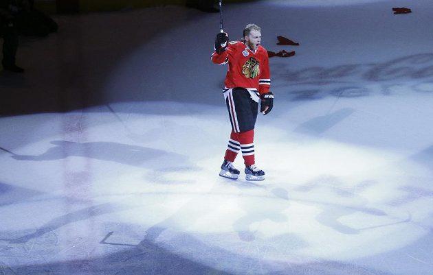 Útočník Blackhawks Patrick Kane si užívá ovací publika poté, co by vyhlášen první hvězdou pátého utkání.