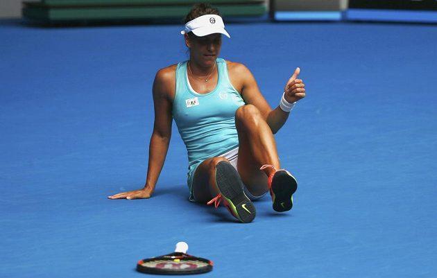 Barbora Strýcová reaguje po pádu během osmifinále Australian Open.
